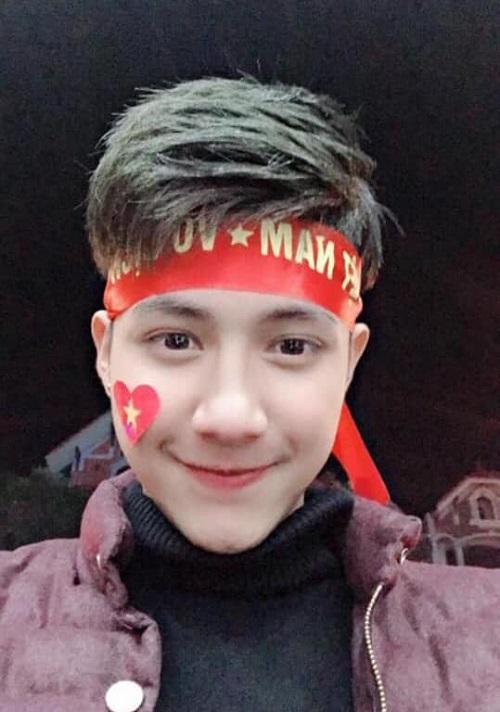 Chàng trai này tên là Quang Trường, hiện là chủ của một salon làm tóc tại Ba Vì, Hà Nội. Bức ảnh anh chàng tự sướng trong lần đi bão tối 15/12 đã nhận được sự chú ý đông đảo của cộng đồng mạng, nhất là phái nữ.
