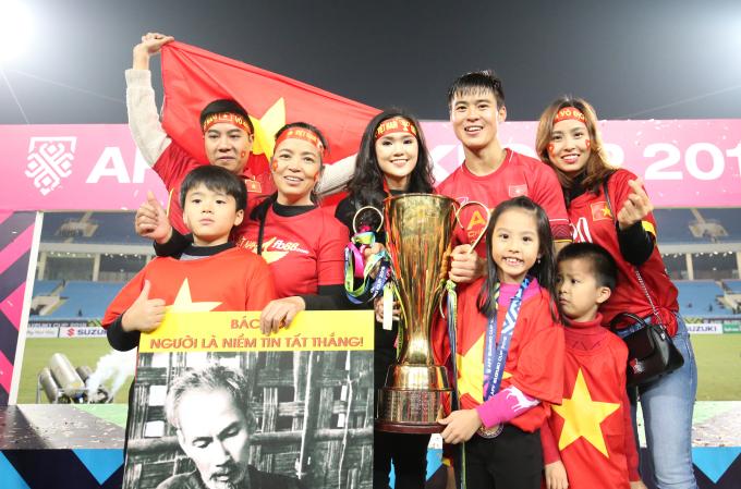 <p> Nhà của Duy Mạnh tại Đông Anh, Hà Nội nên cả nhà quyết tâm gác hết mọi việc, tới Mỹ Đình, cổ vũ cầu thủ sinh năm 1996.</p>
