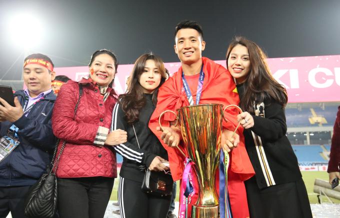 <p> Khánh Linh (ngoài cùng bên phải) - bạn gái Bùi Tiến Dũng - luôn theo dõi và có mặt trong các trận đấu trung vệ 9X thi đấu tại AFF Cup 2018.</p>