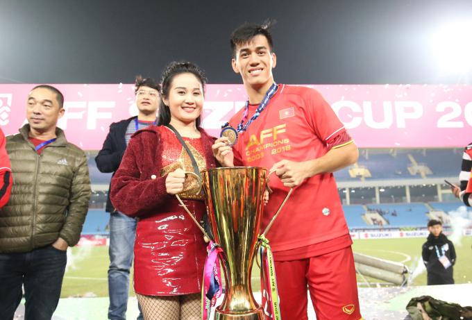 <p> Tiến Linh cùng người thân bên cúp chiến thắng.</p>