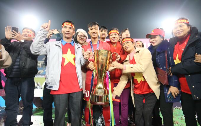 <p> Đại gia đình Phan Văn Đức nâng cúp vô địch.</p>