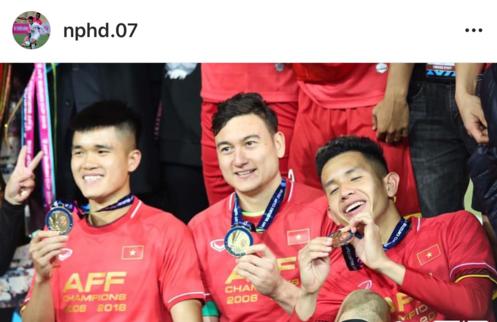 Duy Pinky đăng hình chụp cùng thủ thành Đặng Văn Lâm và Lục Xuân Hưng với câu nói đơn giản nhưng đầy ý nghĩa We are the champions. Chỉ ra sân ở những phút cuối nhưng Hồng Duy vô cũng năng nổ và tạo được nhiều cơ hội.