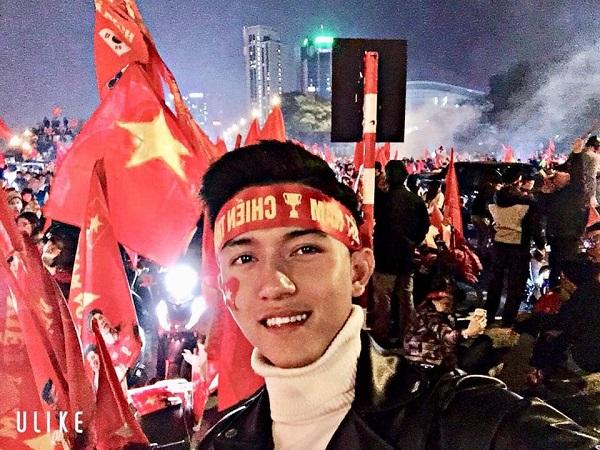 Văn Thành thu hút sự chú ý của cư dân mạng nhờ tấm ảnh selfie đợt bão đêm qua. Anh chàng sở hữu gương mặt nam tính với sống mũi cao vút và đường nét sắc sảo. Thành hiện là sinh viên trường Đại Học Sư Phạm Thể dục thể thaoHà Nội.