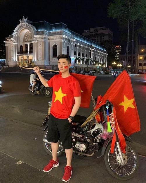 Vũ Anh Tuấn Tú được dân tình truy lùng danh tính khi xuất hiện trên một fanpage với hình ảnh cầm cờ đi bão, ăn mừng chiến thắng Việt Nam vô địch AFF cup 2018. Tú đang là sinh viên