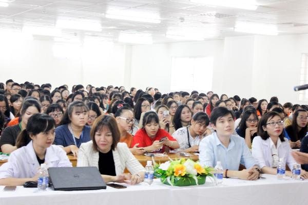 Dược sĩ Trần Nhật Vy và Nguyễn Thị Thu Cúc đến từ AJ Research Pharma (hàng đầu từ trái qua phải) đang lắng nghe và giải đáp các câu hỏi về cách chăm sóc da được gửi lên từ các bạn sinh viên