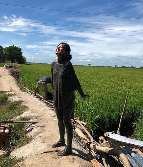Hoàng Yến Chibi khiến fan choáng váng với tạo hình đen nhẻm, lấm lem bùn đất từ đầu đến chân trong bộ phim mới.