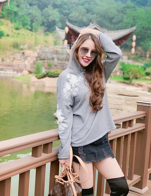 Quế Vân không ngại diện style trên đông dưới hè, diện váy ngắn cũn khoe chân giữa mùa đông.