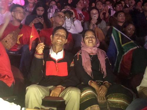 Bố mẹ HHen Niê trên khán đài cổ vũ con gái.