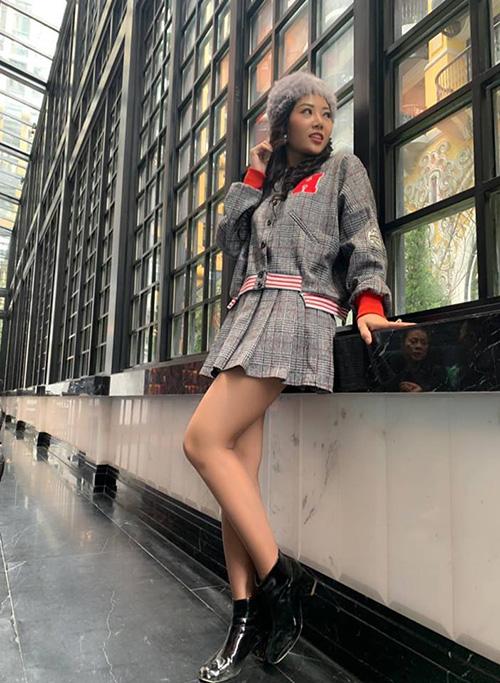 Lan Cave Thanh Hương không ngại diện váy ngắn khoe chân giữa trời rét buốt của Sapa.