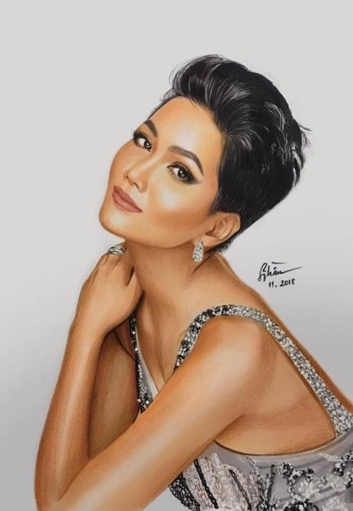 Họa sĩ trẻ Sỹ Trần vẽ tặng HHne Niê bức chân dung.
