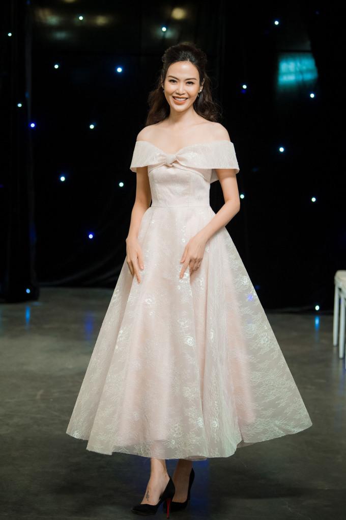 """<p> Hoa hậu Thu Thủy gây bất ngờ khi tái xuất với diện mạo trẻ trung. Dù ở tuổi 43 nhưng """"bà mẹ hai con"""" vẫn rất rạng rỡ nhờ duy trì lối sống lành mạnh.</p>"""