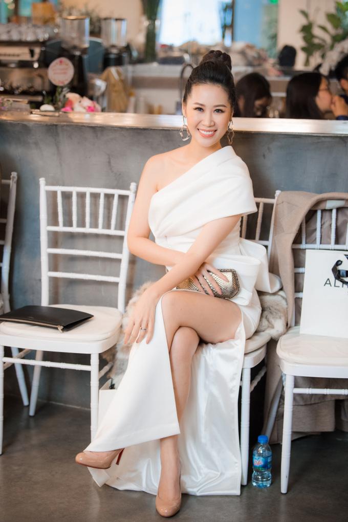 <p> Hoa hậu Dương Thùy Linh khoe chân dài với váy xẻ tà trên hàng ghế đầu.</p>
