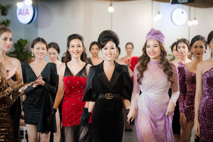 <p> Hoa hậu Thu Thủy và Hoa hậu Phan Hoàng Thu nắm tay NTK Linh Nguyễn chào kết khán giả.</p>