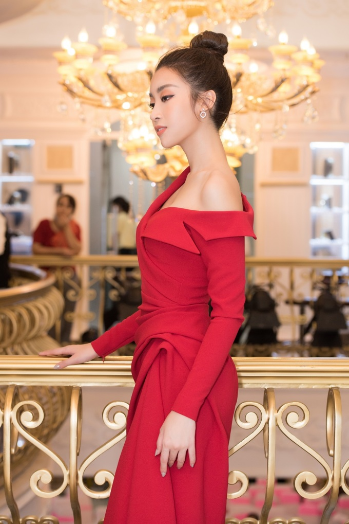<p> Hoa hậu Việt Nam 2016 tối giản phụ kiện và búi tóc cao để làm nổi bật bờ vai mỏng manh.</p>