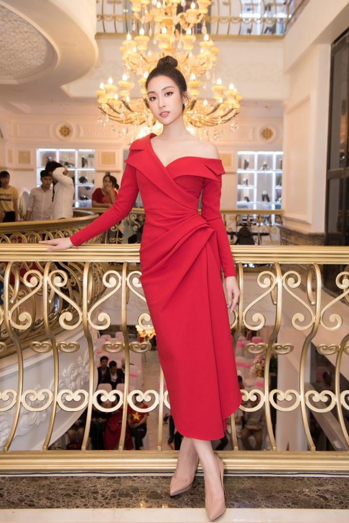 <p> Đỗ Mỹ Linh xuất hiện trong bộ váy màu đỏ lệch vai của NTK Lê Thanh Hòa.</p>