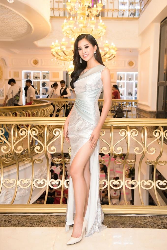 <p> Tiểu Vy lại sắc sảo, tươi trẻ trong chiếc đầm màu trắng ánh bạc của NTK Minh Tuấn.</p>
