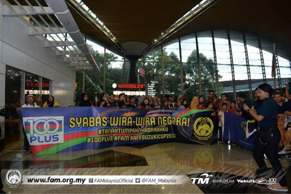 Tuyển Malaysia được CĐV chào đón như người hùng ngày trở về dù thua cuộc