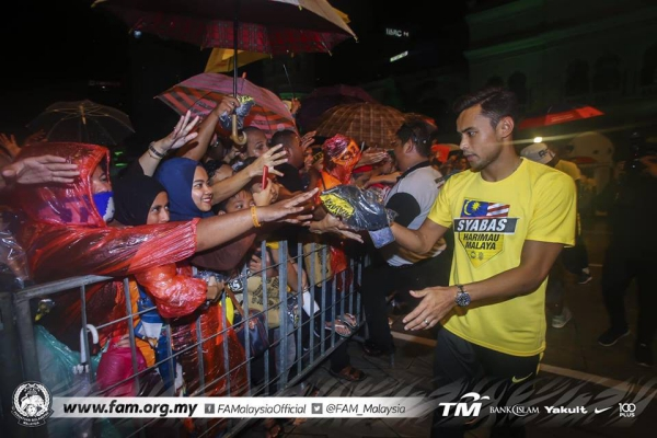 Tuyển Malaysia được CĐV chào đón như người hùng ngày trở về dù thua cuộc - 4