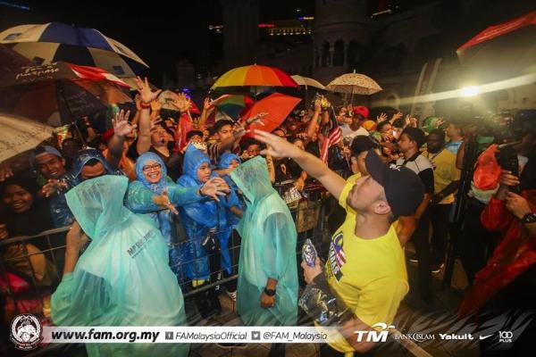 Tuyển Malaysia được CĐV chào đón như người hùng ngày trở về dù thua cuộc - 5