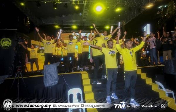Tuyển Malaysia được CĐV chào đón như người hùng ngày trở về dù thua cuộc - 6