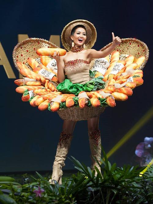 HHen Niê diện Bánh mì trong phần thi Trang phục dân tộc.