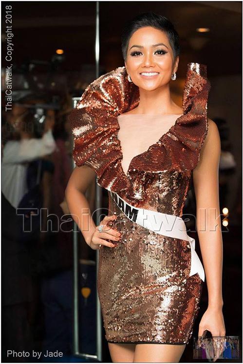 Bên cạnh những bộ cánh được đánh giá cao, một số trang phục của HHen Niê cũng nhận về ý kiến trái chiều vì sến, cách mặc chưa đúng với ý tưởng ban đầu của nhà thiết kế. Tuy nhiên điều quan trọng là trong mọi hoạt động, dù lịch trình dày đặc nhưng đại diện Việt Nam vẫn luôn giữ vẻ rạng rỡ, nhiệt tình giao lưu với các thí sinh khác dù vốn tiếng Anh còn hạn chế.