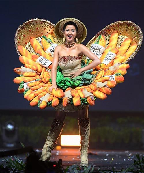 Đêm thi Trang phục dân tộc (National Costume) là một trong những màn được chờ đón nhất, một lần nữa khẳng định sự bản lĩnh của HHen Niê ở đấu trường sắc đẹp này. Dù gặp sự cố với bộ Bánh mì trước giờ diễn khiến thúng đựng bánh mì suýt rơi, HHen Niê vẫn hoàn thành rất tốt phần catwalk. Ở cuối đường băng, cô có cách pose hình sáng tạo khi cầm chiếc bánh mì trên tay. Bộ quốc phục này được nhiều chuyên trang sắc đẹp, trong đó có Missosology xếp vào Top 10 ấn tượng nhất.