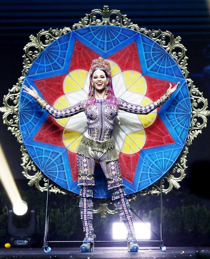<p> Ở phần thi Trang phục dân tộc, đại diện Philippines mang đến bộ quốc phục hoành tráng và đầy màu sắc, được Missosology bình chọn là một trong 10 trang phục dân tộc đẹp nhất.</p>