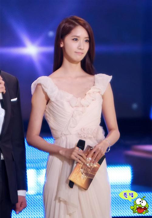 Nhờ khuôn mặt đẹp, độ nổi tiếng cao và tài ăn nói, Yoon Ah là một trong những idol đắt show MC nhất xứ Hàn. Cô nàng liên tục là MC của các show âm nhạc cuối năm của 3 đài truyền hình lớn nhất Hàn Quốc. Bắt đầu từ năm 2009, thành viên SNSD được chọn làm người dẫn chương trình cho KBS Entertainment Awards.