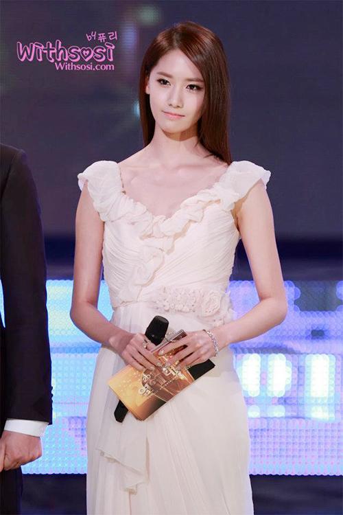 Sau hơn một năm debut, nữ ca sĩ đã xuất hiện ở lễ trao giải lớn của xứ Hàn. Yoon Ah diện váy có đường bèo nhún đơn giản, khuôn mặt không thay đổi nhiều so với hiện tại.
