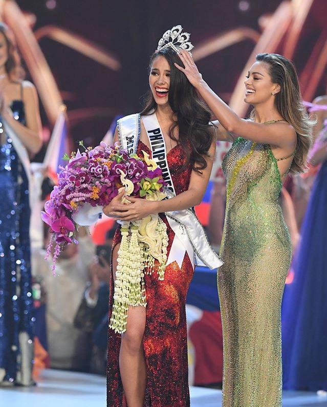 <p> Catriona Gray cao 1,78 m, là MC, người mẫu, ca sĩ nổi tiếng quê nhà.Hiện tại sau khi đăng quang, Instagram của người đẹp đã cán mốc 1,1 triệu người theo dõi. Facebook của cô cũng thu hút hơn nửa triệu người theo dõi.</p> <p> Trước đó, cô là thí sinh đầu tiên chiến thắng cả hai cuộc thi danh giá của Philippines: Hoa hậu thế giới Philippines 2016 và Hoa hậu Hoàn vũ Philippines 2018. Năm 2016, cô từng đại diện nước này dự Miss World và vào Top 5.</p>