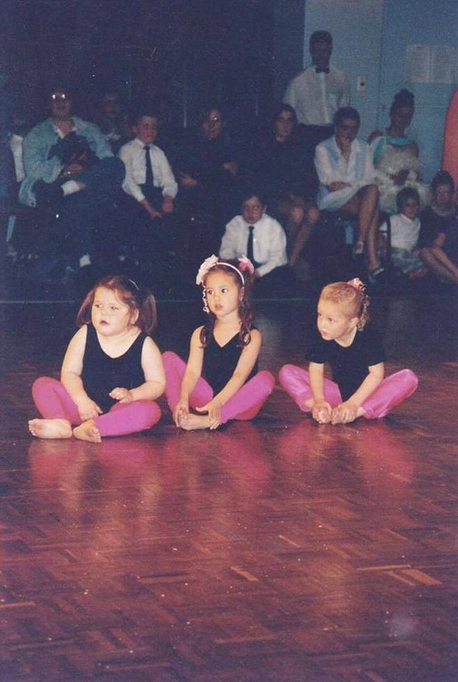 <p> Catriona Gray (giữa) ngay từ khi còn nhỏ đã bộc lộ năng khiếu nghệ thuật. Cô học thanh nhạc, múa ballet và thi hoa hậu nhí. Cô thậm chí còn học võ và đã đạt được đai đen taekwondo.</p>