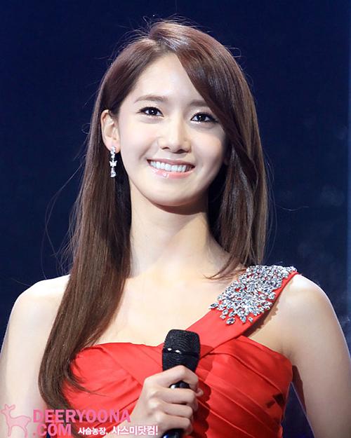 Yoon Ah không quá cầu kỳ khi làm MC. Những mẫu váy đính đá, kiểu tóc chải lệch cũng đủ giúp cô nàng tỏa sáng, chiếm spotlight của chương trình.