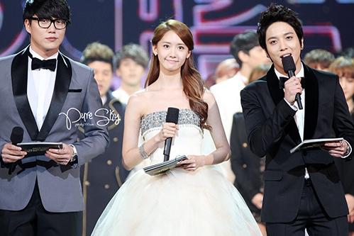 Tại lễ trao giải KBS Gayo Daejun, Yoon Ah giống như một nàng công chúa khi đứng cạnh Yong Hwa (CN BLUE)