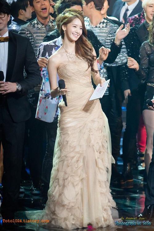 Yoon Ah thay hai bộ váy khi làm MC. Nữ ca sĩ khoe khuôn mặt nhỏ, xương quai xanh gợi cảm trong một thiết kế cúp ngực.