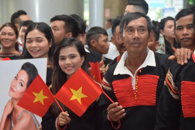<p> Gần 50 người nhà từ buôn làng Ê-đê diện trang phục dân tộc nổi bật chờ sẵn ở sân bay.</p>