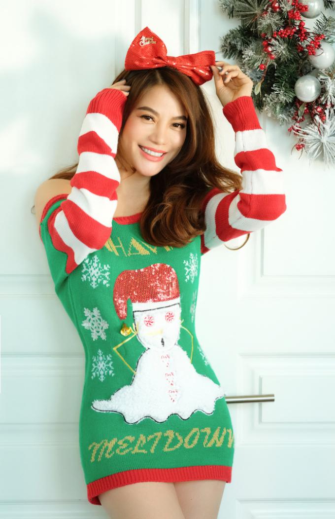 <p> Ngoài trang phục bà già Noel mang sắc đỏ quen thuộc, Trương Ngọc Ánh còn khoe khéo vẻ đẹp trẻ trung khi diện mốt đầm hở vai trần, khoe chân thon quyến rũ.</p>