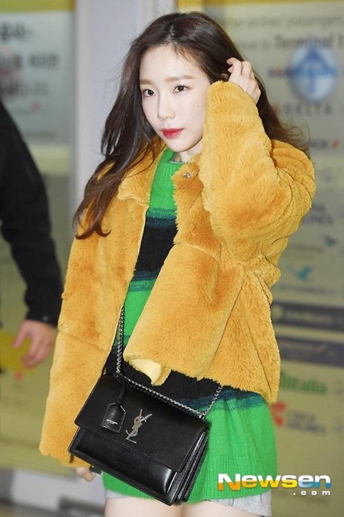 Tae Yeon đang thực hiện tour concert ở châu Á. Khi ra sân bay, thành viên SNSD chấp nhận chịu rét để khoe chân. Màu sắc trang phục của nữ ca sĩ khiến fan liên tưởng đến củ cà rốt.