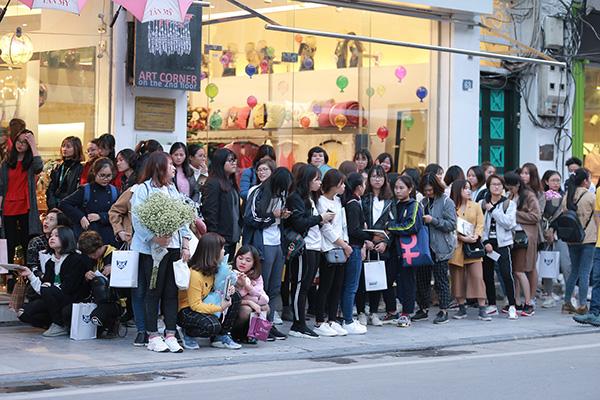 Buổi fansign diễn ra lúc 16h nhưng từ 14h đã có khá đông các bạn fan đến sớm, sắp hàng để chờ gặp gỡ thần tượng. Thời tiết ở Hà Nội khá lạnh nhưng fan vẫn cố gắng chôn chân để gặp gỡ thần tượng.