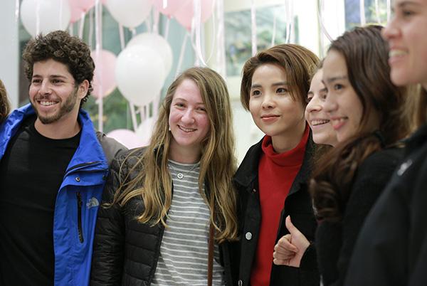 Với fan nước ngoài, Vũ Cát Tường cũng trò chuyện rất thân thiện, gần gũi bằng vốn tiếng Anh lưu loát.