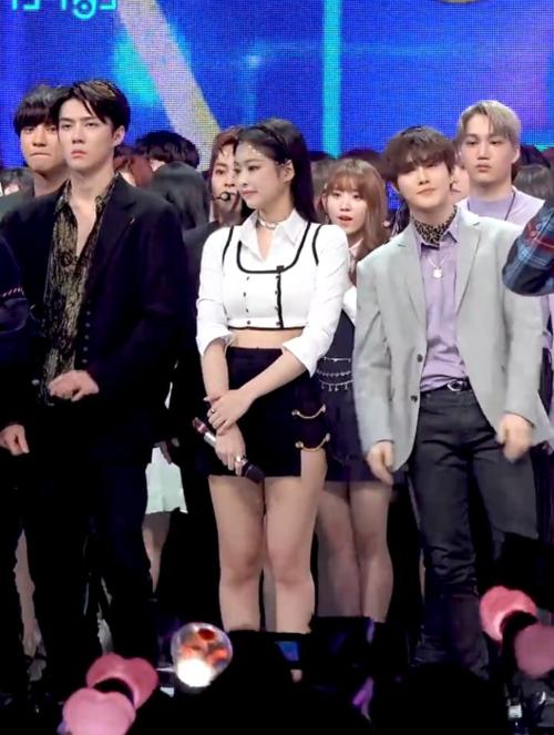 Khoảnh khắc Se Hun (áo đen) đứng cạnh Jennie gây sốt.