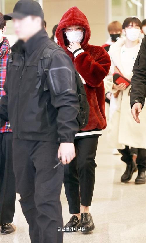Park Ji Hoon ấm áp với áo bông tông đỏ. Nam ca sĩ sĩ lộ đôi mắt mệt mỏi vì lịch trình kín mít.