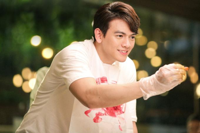 """<p> Là """"chàng thơ"""" của NTK Đỗ Mạnh Cường trong lĩnh vực thời trang song, Lê Xuân Tiền là gương mặt hoàn toàn mới với điện ảnh.</p>"""
