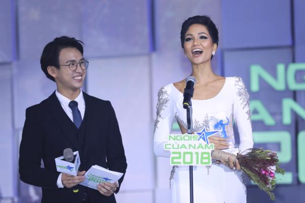 HHen Niê trên sân khấu nhận giải.