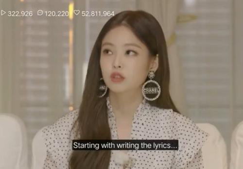 Đây không phải là lần đầu tiên Jennie khoe khoang về khả năng viết nhạc. Tháng trước, Jennie từng nói rằng bài SOLO là sản phẩm có sự tham gia viết lời của cô nàng.