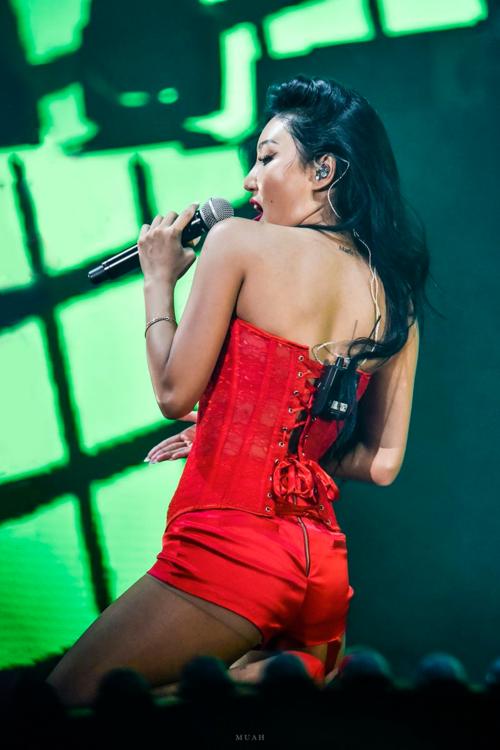 Trong concert của MAMAMOO hồi tháng 8, Hwasa cũng từng gây tranh cãi với trang phục tiết kiệm vải hết mức.
