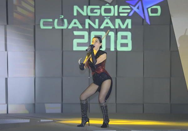 Thu Minh đốt nóng sân khấu với ca khúc Đường cong cùng trang phục, vũ đạo gợi cảm.