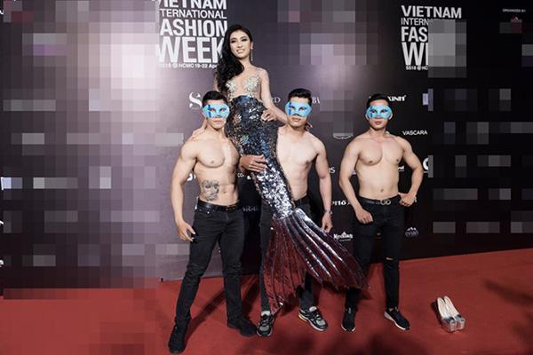 Bảng xếp hạng mặc đẹp thì chưa bao giờ góp mặt nhưng trong danh sách trang phục thảm họa nhất năm, Tiêu Châu Như Quỳnh lại được gọi tên đến hai lần. Cả hai lựa chọn của cô ở Vietnam International Fashion Week đầu năm nay đều bị chê là phản cảm, quá lố.