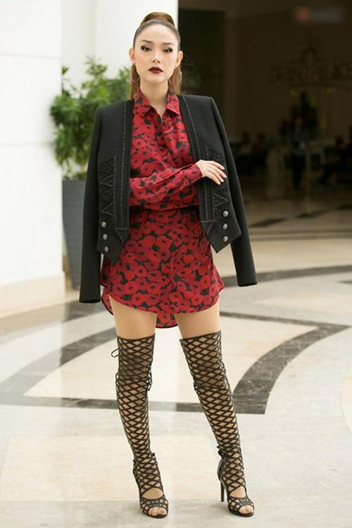 Chưa thôi gây xôn xao vì nhận lời làm HLV The Face, Minh Hằng lại làm dấy lên cuộc tranh cãi suốt thời gian dài vì trang phục siêu dìm dáng trong buổi ra mắt chương trình. Ngoài áo váy rườm rà, nữ ca sĩ còn mắc sai lầm khi chọn đôi boots thủng lỗ chỗ khiến đôi chân vốn không dài càng thêm ngắn.