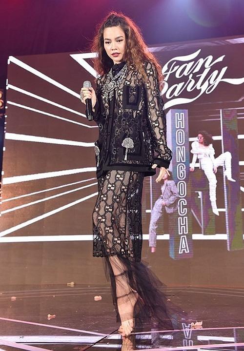 Biểu thượng thời trang Hà Hồ cũng có lúc mặc đồ xấu đau đớn. Cả cây ren đen kín mít từ đầu đến chân dù có giá cả trăm triệu nhưng lại khiến cô trở nên già đanh.